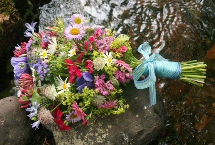Bouquet con fiori di campo