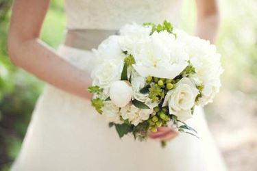 Esempio di bouquet da sposa realizzato con peonie e rose bianche.