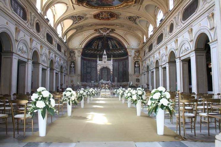 Una chiesa decorata con fiori per un matrimonio