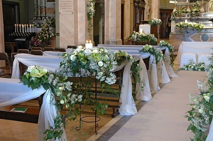 Una chiesa addobbata per una cerimonia