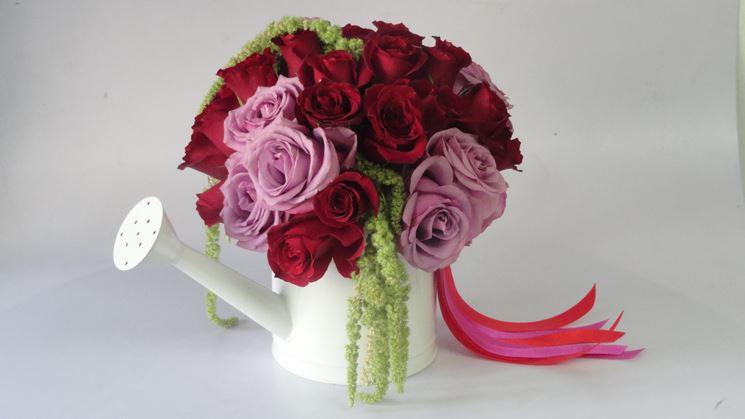Rose rosse e rosa in una confezione originale