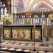 Altare con ricchi addobbi floreali