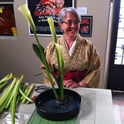 Signora che si cimenta nella nobile arte dell'Ikebana