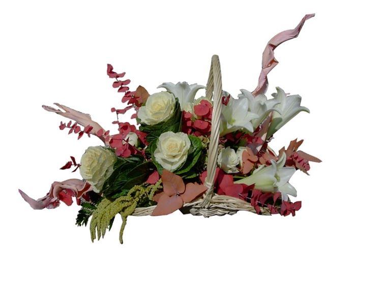 Composizione floreale con cestino