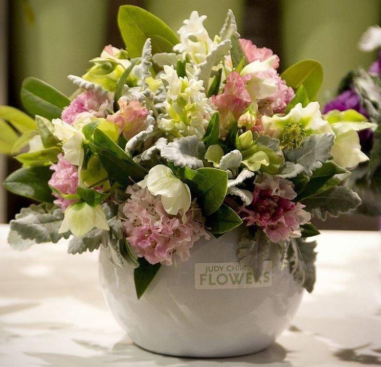 Composizioni di fiori regalare fiori - Centrotavola natalizi con fiori finti ...