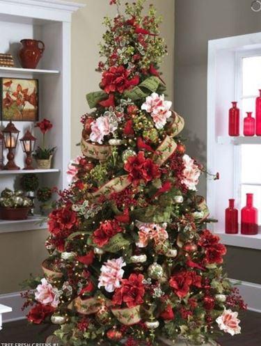 Uno splendido albero decorato con fiori rosa e rossi e rami di piante ornamentali.
