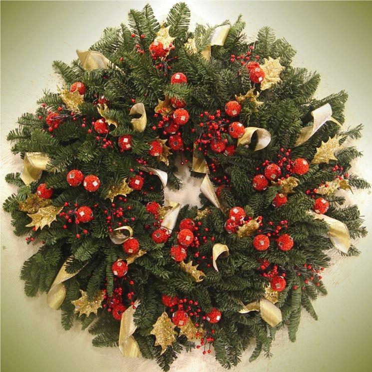 Una classica ghirlanda di rametti di abete e bacche rosse rispecchia lo spirito natalizio.