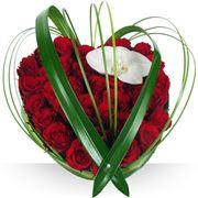 Un romantico cuore di rose rosse confezionato con un tocco d'artista.