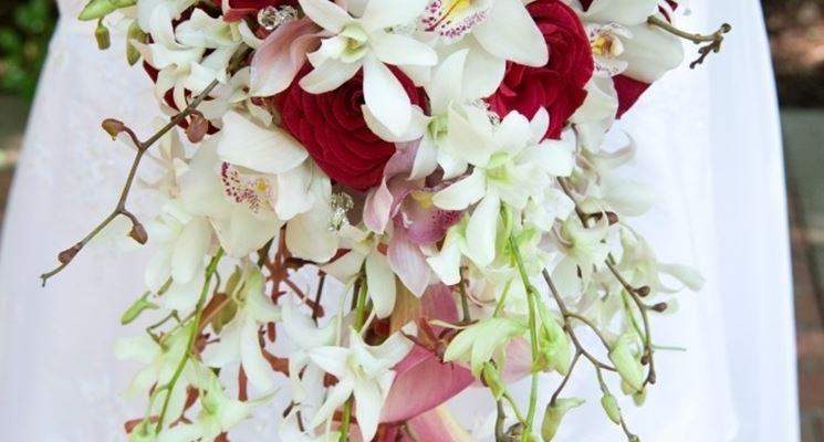 Un bellissimo bouquet per la sposa con fiori bianchi, rosa e rossi