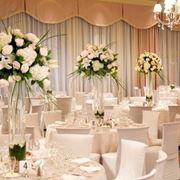 sala da ricevimento con addobbi floreali
