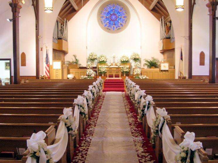 chiesa abbellita con fiori e stoffe