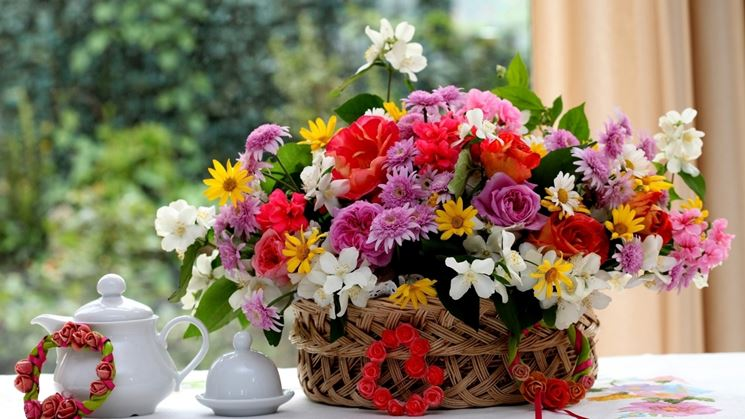 omaggio ai fiori in un cestino in vimini
