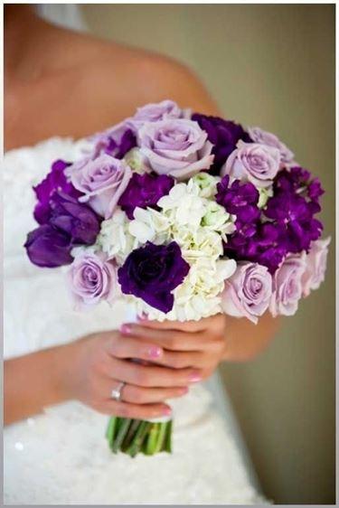 un bouquet insolito con fiori bianchi, viola e glicine