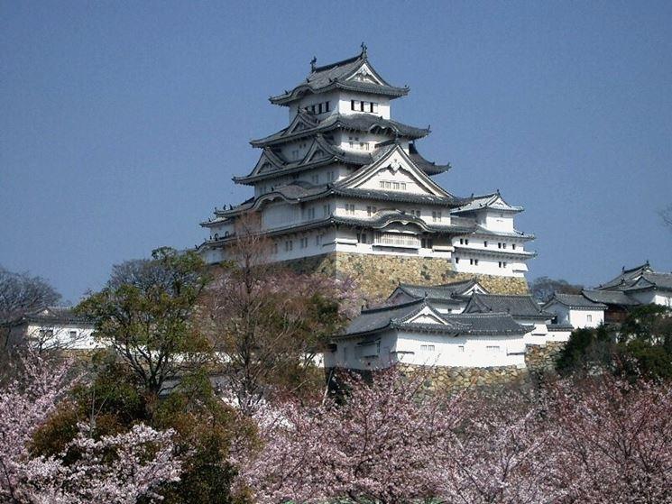 Castello giapponese circondato dai fiori