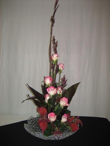 Ikebana con rose rosa