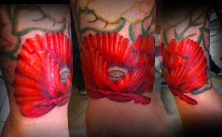 Papavero tatuato sull'avambraccio