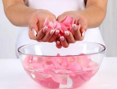 tonico all'acqua di rose in una bacinella con petali di rosa
