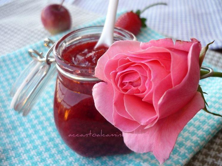 barattolo di marmellata di rose con una rosa