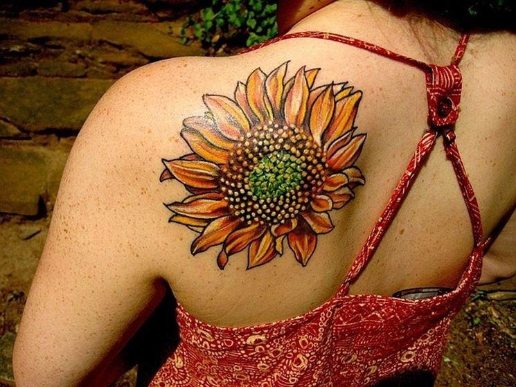 un girasole tatuato sulle spalle di una ragazza