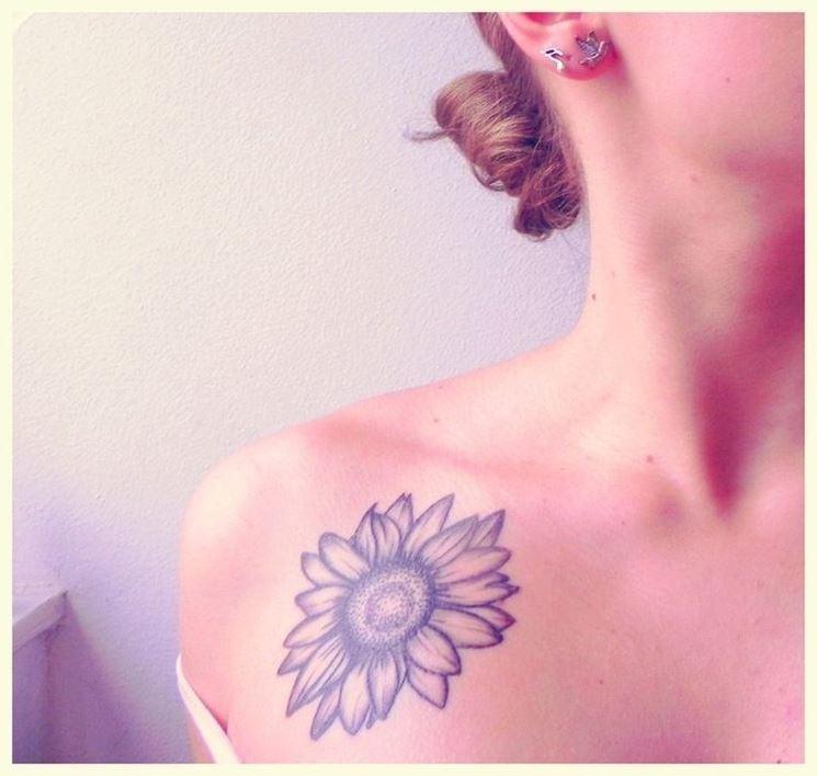 Girasole tatuato sulla spalla