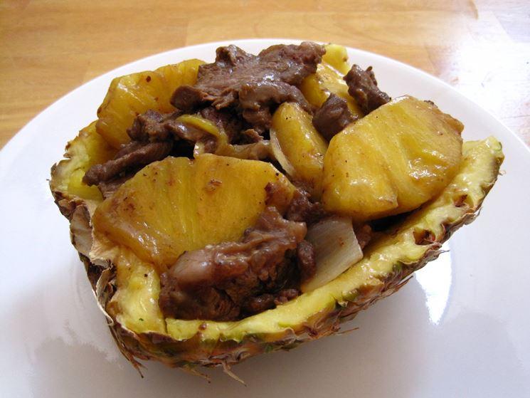 Piatto con ananas e carne