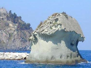 Il famoso fungo di tufo verde di Ischia