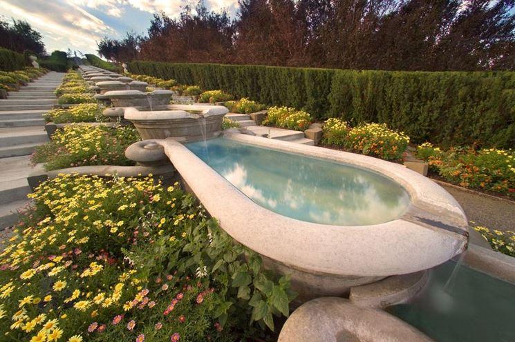 Fontana a catena in un giardino all'italiana