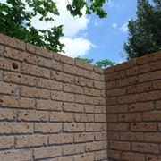 Muro con mattoni di tufo