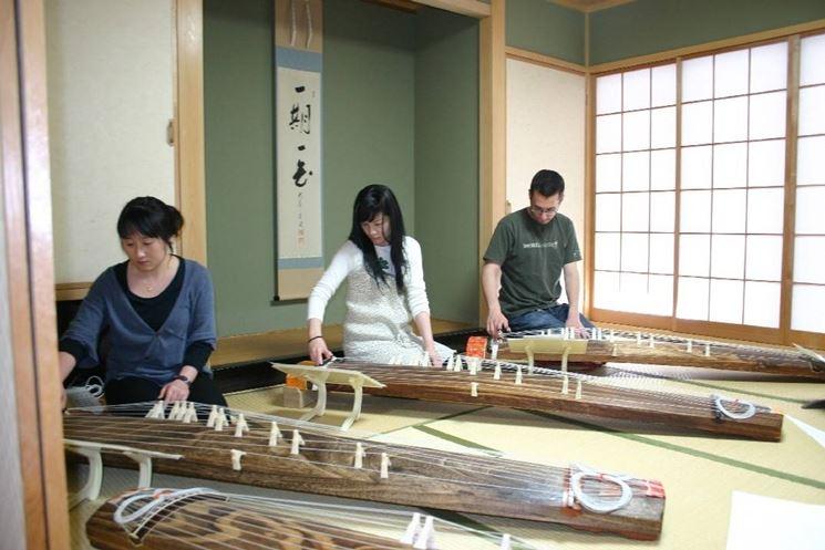 Fabbricazione di strumenti musicali con il legno della paulownia tomentosa