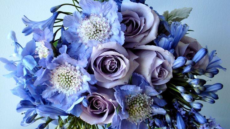 Compasizione floreale con rose e agapanti