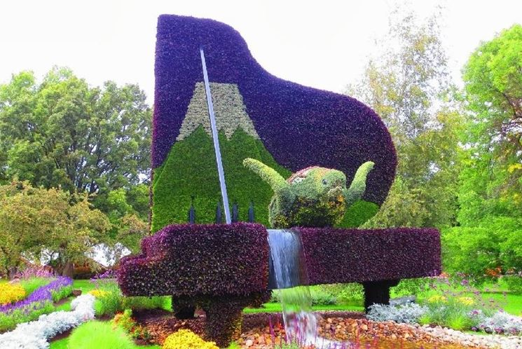 pianoforte scolpito in un giardino