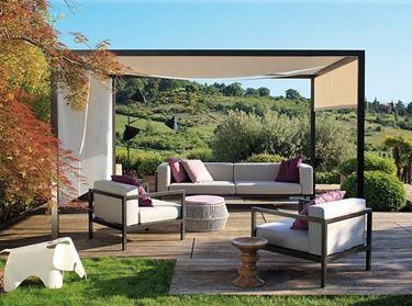 Un salotto da esterno dai colori tenui e dallo stile minimal