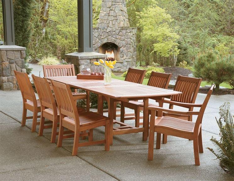 Una veranda con un tavolo in legno. Stile classico