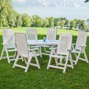 Un set composto da sedie e tavolino in plastica