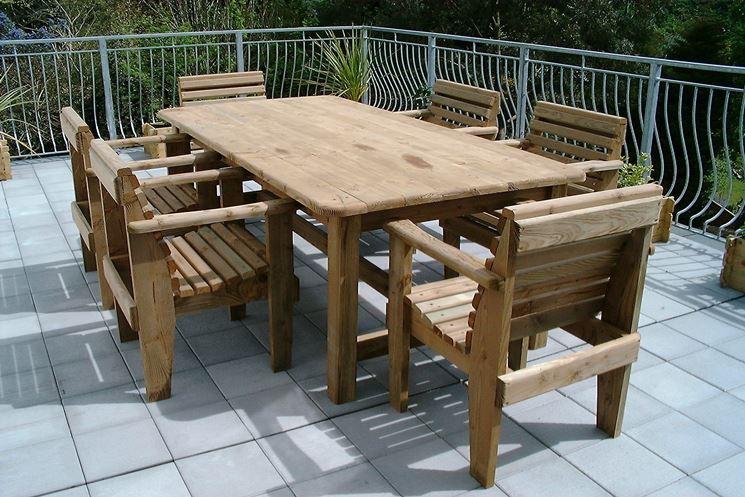 Un tavolo da esterno in legno