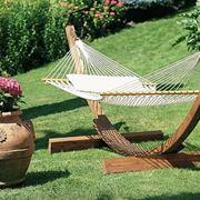 Un'amaca o un dondolo rendono il giardino una zona perfetta per rilassarsi