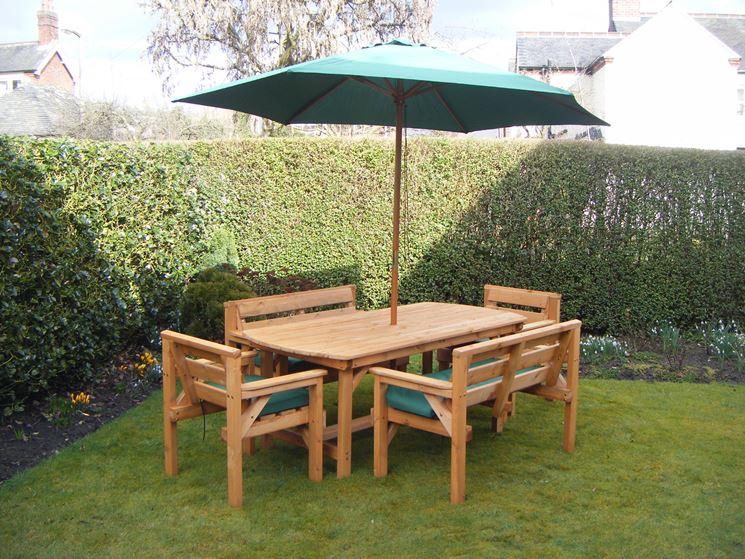 Un tavolo e poche sedie trasformano il giardino in una perfetta sala da pranzo all'aperto