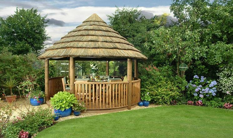 Un gazebo, anche se piccolo, offre uno spazio ombreggiato che permette di vivere il giardino in qualunque momento della giornata
