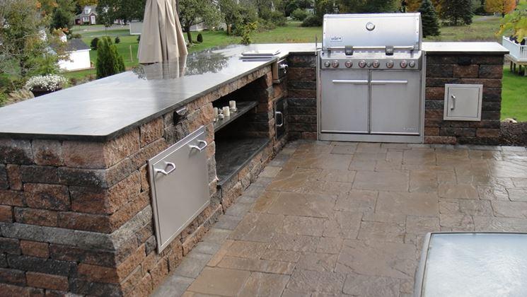 Una cucina in muratura in pietra e marmo
