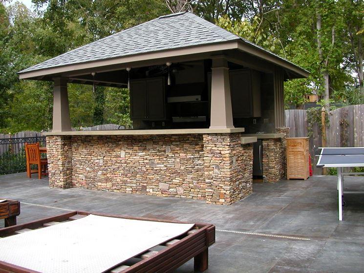 Una cucina esterna in muratura