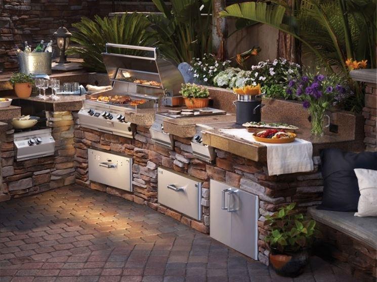 Una cucina da esterno in muratura dotata di tutti gli accessori