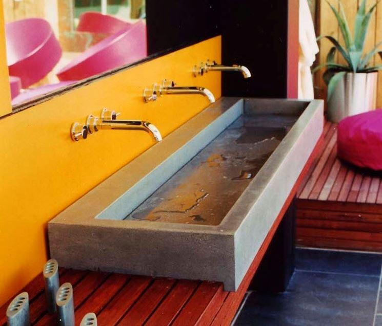 Lavello in cemento su base in legno