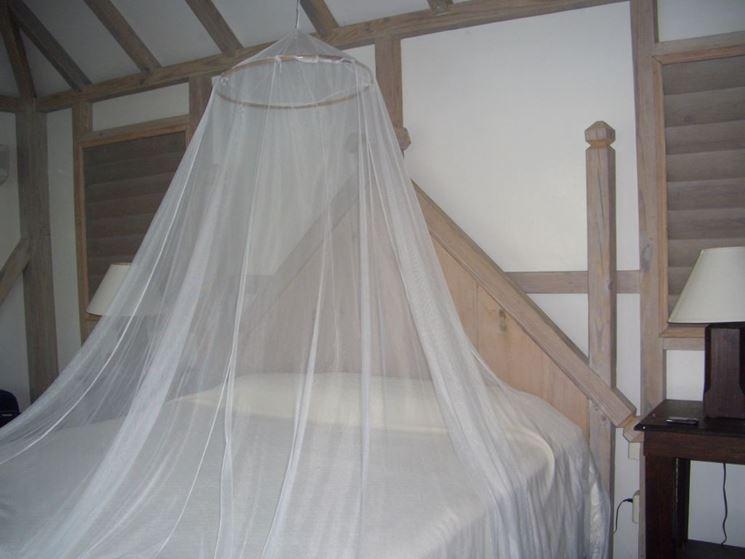 zanzariera bianca da letto