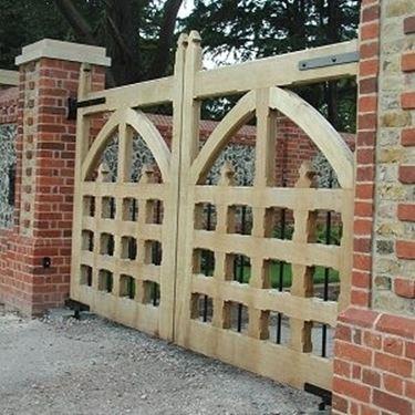 Cancelli rustici in legno frusta per impastare cemento for Cancelli di legno per giardino