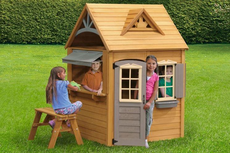 Bambini giocano dentro la casetta da giardino