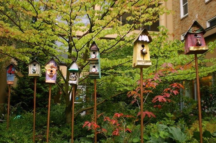 Casette per uccelli in giardino