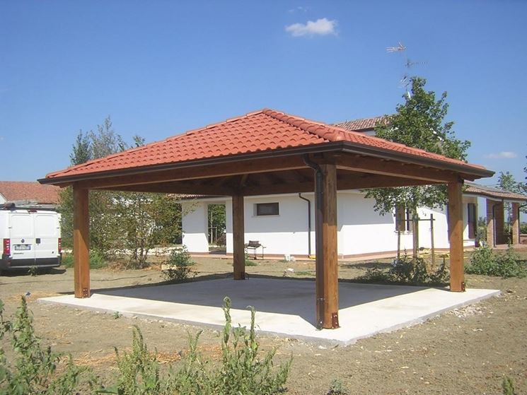 Gazebo in legno con copertura in tegole
