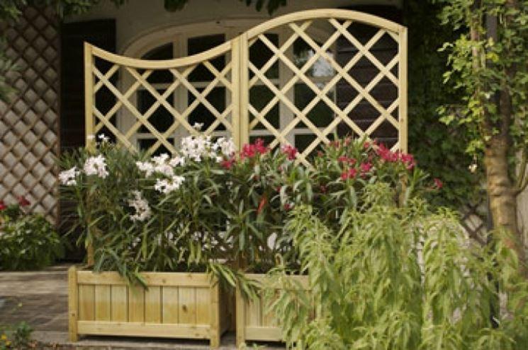 Griglia in legno con fioriere