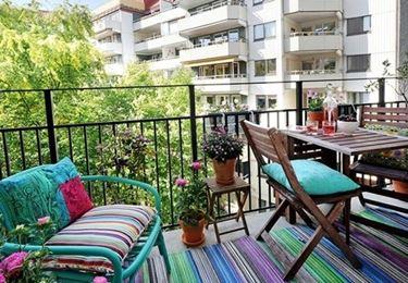 Balcone con arredamenti per esternoo