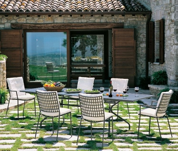 Arredamenti per giardini mobili giardino arredare il for Tavoli e sedie per giardino